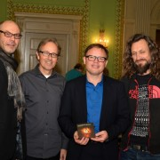 Preisträger Herr Kurt Pelda mit den Musikern der Band Kamala