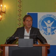 Herr Roger Schawinski hält Laudatio für Herrn Kurt Pelda
